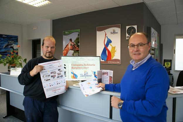 Adolfo Fernández y Luis Dueñas, con material de la campaña