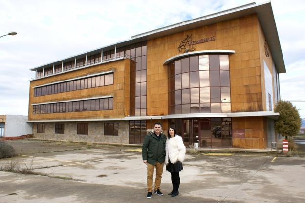 Diego Ruiz y su esposa Miriam Fernández, ayer delante del edificio de Expomuebles Nájera que ya está en sus manos