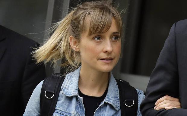 Allison Mack abandona la corte federal del distrito de Brooklyn.