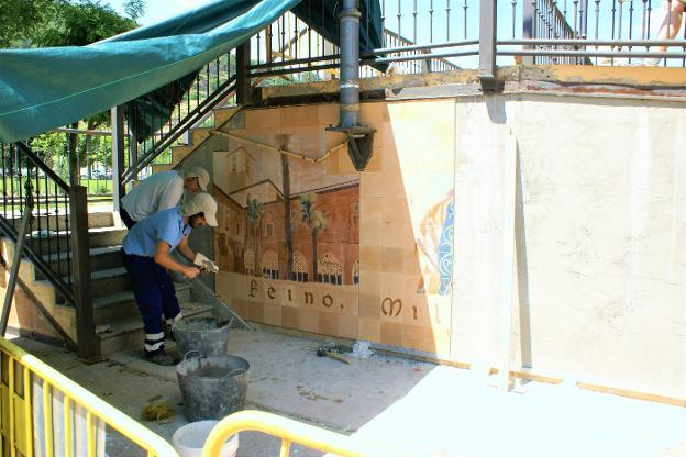 Los operarios municipales se están ocupando de la colocación de los mosaicos, bajo la dirección de la autora Violeta Betolaza