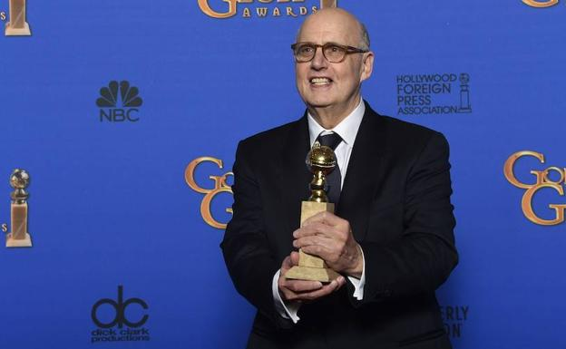 Tambor sostiene su Globo de Oro a mejor actor. /FREDERIC J BROWN (Afp)