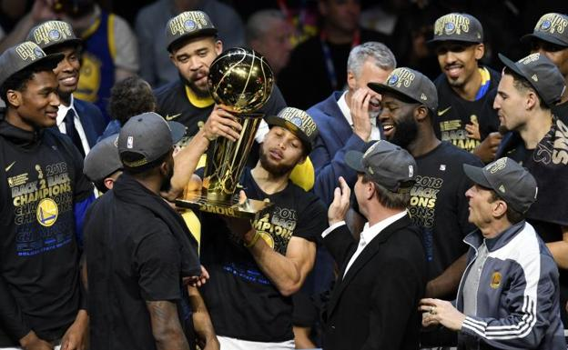 Stephen Curry sujeta el trofeo de los Warriors.