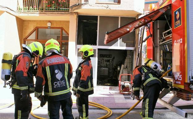 Los bomberos del CEIS Rioja trabajan en el lugar del suceso. / Félix Domínguez