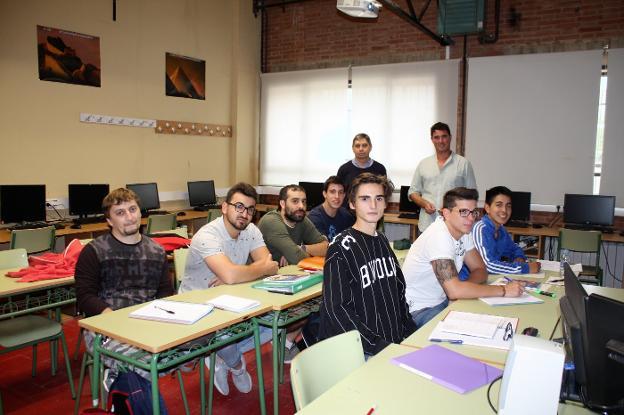 Los profesores Varea y Bajo, detrás de algunos de los alumnos participantes en los proyectos. :: F. D.