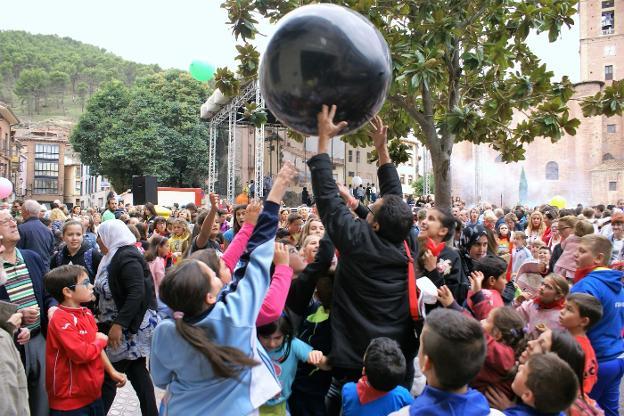 Niños y mayores esperarán al disparo del cohete para meterse de lleno en las fiestas najerinas. :: F. D.