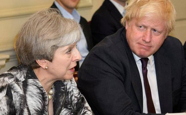 La primera ministra británica, Theresa May, junto al exministro Boris Johnson./Reuters
