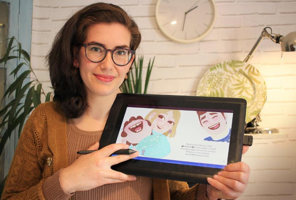 Dibujos. La ilustradora riojana Sara Ramírez posa con una tablet con el cuento abierto/ . S.R.