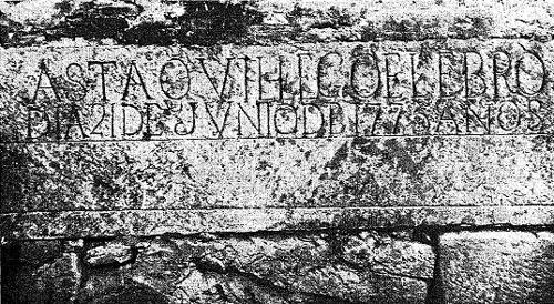 Inscripción en piedra de la altura del agua en 1775
