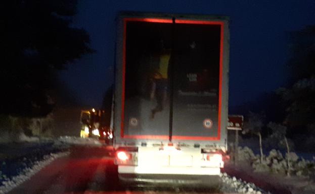 Uno de los camiones, una vez que ha podido ya moverse.