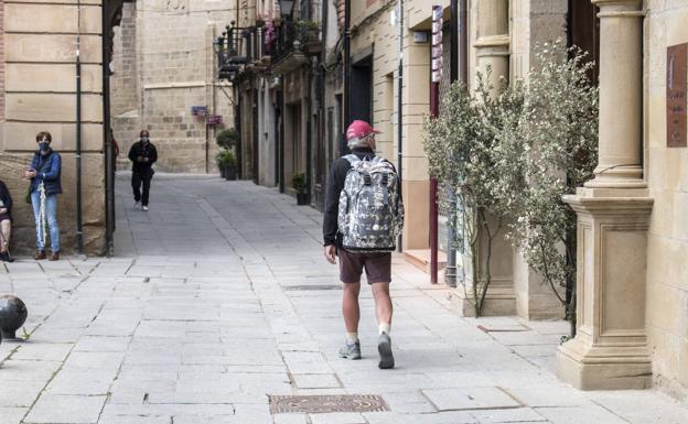 Un peregrino, por las calles de Santo Domingo