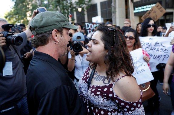 Un grupo de hispanos ataca a los seguidores de Trump en California | La  Rioja